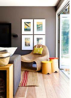 Projeto contemporâneo, integrado e colorido marcam casa de praia de jovem família australiana