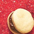 Vanilla Sandwich cookies with chocolate ganache...I would pipe a simple white snowflake on the top... Low Calorie Desserts, Low Calorie Recipes, Healthy Desserts, Dessert Recipes, Healthy Recipes, Chocolate Ganache Filling, Delicious Chocolate, Sandwich Cookies, Oreo Cookies