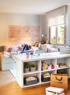 Dormitorio juvenil Con muebles a medida, diseñados por la interiorista. La mesa de estudio es una estantería baja por el otro lado.