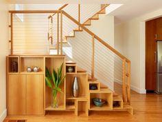 meubles sous escalier en bois assorti aux marches et au garde-corps fait sur mesure