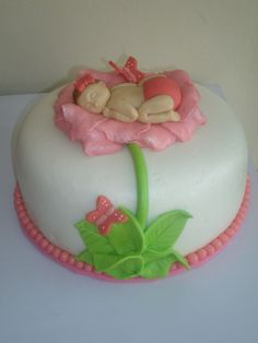 Bizcocho, tarta o pastel para baby shower, bebe en flor con mariposas, baby girl on flower with butterflies. Rosa, pink.