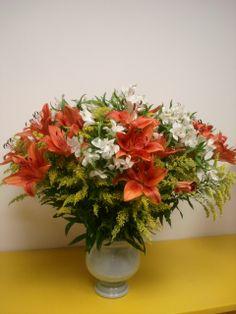 156- Vaso grande com Lírios de cor laranja, Atromérias brancas e Tango.