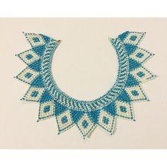 He encontrado este interesante anuncio de Etsy en https://www.etsy.com/es/listing/238484268/light-blue-and-white-chaquira-necklace