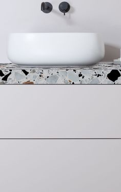 Jazzy Terrazzo Tiles Giving Simple Bathroom a Spa-like Finishing Bathroom Interior Design, Home Interior, Kitchen Interior, Black Bathroom Taps, Simple Bathroom, Black Bathrooms, Bathroom Small, Modern Bathrooms, Bad Inspiration