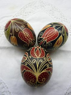 Beautiful bold floral design in pysanky style Hímestojásaim (Kucko Nelly, Hungary)