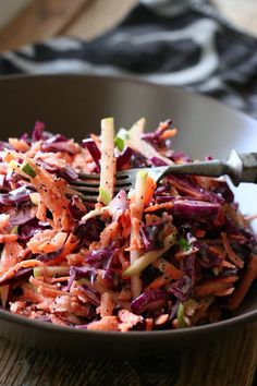 Knackiger Rotkohlsalat mit Apfel und Mohndressing ist die perfekte Alternative zu gekochtem Rotkohl. Frisch, gesund und kommt garantiert gut an.