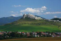O en realidad, las ruinas de un castillo gigante (que aún en ruinas) es imponente y poco conocido. Se encuentran en Eslovaquia, y se trata nada menos, que uno de los mayores castillos de Centroeuropa. Sobre un promontorio en una zona montañosa, entre praderas verdes, se ve hacia un lado la ciudad deSpišské Podhradiey hacia …