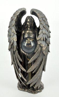 Przepiękna i niespotykana figura, przedstawiająca romantycznego anioła ze szklana kulą  Figura niezwykle dekoracyjna, świetnie się prezentuje w każdym wnętrzu, wymarzona na niepowtarzalny prezent.  Materiał: konglomerat ceramiczno-alabastrowy pokryty warstwą brązu.  Wymiary: wysokość ok. 24 cm, średnica podstawy ok. 8,5 cm Angels, Lion Sculpture, Statue, Angel, Sculptures, Angelfish, Sculpture