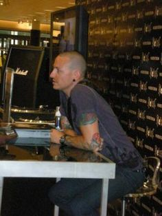 Chester Bennington Meet and Greet No! Its a kissing booth for one person and that was me! Chester Bennington, Charles Bennington, Chester Rip, Linkin Park Chester, Rap Metal, Miss U So Much, Kissing Booth, Mike Shinoda, Frases