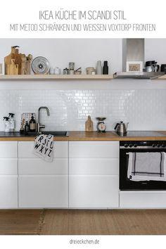 mit Metod Schränken und weißen Voxtorp Fronten Ikea Metod Kitchen, White Ikea Kitchen, Classic White Kitchen, Voxtorp Ikea, Kitchen Interior, Kitchen Decor, Light Wood Kitchens, Minimalist Home Decor, Küchen Design