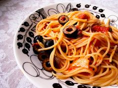 spaghetti alla puttanesca. tipico prato do sul. o molho é feito com tomate cereja, azeitona preta, azeite de oliva e alcaparras