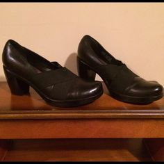 Size 8 Black Authentic Leather & upper Spandex. Size 8, Black, Authentic Leather Shoes with upper Spandex stretch Material for added style and comfort. Heels measure 3 inches. Made by Dansko. Dansko Shoes