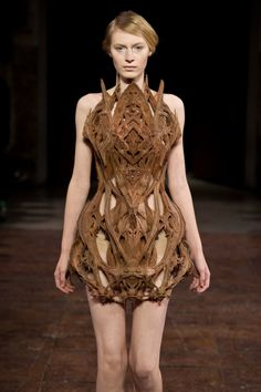 Celebrities who wear, use, or own Iris Van Herpen Spring 2012 Couture Cathedral Dress. Also discover the movies, TV shows, and events associated with Iris Van Herpen Spring 2012 Couture Cathedral Dress. Haute Couture Paris, Haute Couture Style, 3d Fashion, Paris Fashion, Ideias Fashion, High Fashion, Fashion Show, Fashion Design, Iris Van Herpen