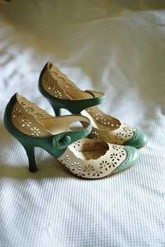 Vintage Shoes 100 Wonderful Vintage Style Wedding Shoes For Your Retro Themed Wedding Pretty Shoes, Beautiful Shoes, Cute Shoes, Me Too Shoes, Awesome Shoes, Retro Mode, Vintage Mode, Vintage Heels, Vintage Wedding Shoes