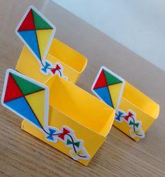 Confeccionada em papel liso 180 gramas, com aplique em papel 230 gramas Kids Crafts, Kite Designs, Ideas Para Fiestas, Cat Party, Travel Themes, Scrapbooks, Party Themes, Origami, Alice