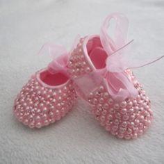 Sapatinho de bebe bordado em pérolas e strass cor de rosa  Tamanhos disponíveis do sapatinho: RN (8 cm) P 14 (8,5 cm) M 15 (9, 5 cm) G 16 (10,5 cm)   ***Pagamento direto tem desconto*** R$ 121,00