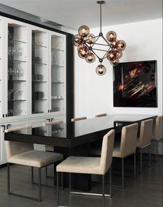 Sala de Jantar com cores neutras e Lustre contemporâneo.