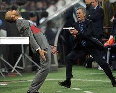 Jose Mourinho trzyma pistolet w ręcę • Portugalczyk postanowił zastrzelić Josepa Guardiolę • Wesołe zdjęcie słynnych trenerów >> #mourinho #football #soccer #sports #pilkanozna #funny