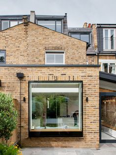 Studio 1 Architects' brick and glass extension to London house frames garden views, 106 Gladstone Road by Cat Ablitt, Studio 1 Architects Extension Veranda, Brick Extension, Glass Extension, Terraced House, Modern Windows, Large Windows, Modern Window Seat, Vintage Windows, Techo Mansarda