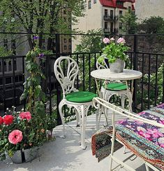 Decorate a small balcony with interesting furnishings, colorful patio furniture and plants. We give you some creative small balcony design ideas with tips Porch Garden, Balcony Garden, Balcony Ideas, Patio Ideas, Outdoor Spaces, Outdoor Living, Outdoor Decor, Colorful Furniture, Outdoor Furniture Sets