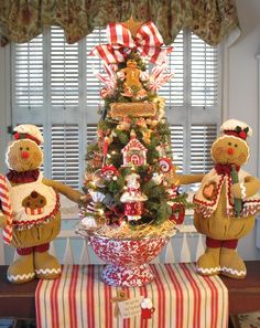 Essential things for inspirational elegant christmas kitchen decor ideas 31 – fugar Gingerbread Christmas Decor, Gingerbread Decorations, Christmas Tree Themes, Christmas Centerpieces, Valentine Decorations, Christmas Projects, Christmas Wreaths, Gingerbread Men, Holiday Decor