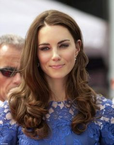 Yes, you guessed right-it's Kate Middleton. Aka the Duchess of Cambridge? Princesa Kate Middleton, Cabelo Kate Middleton, Moda Kate Middleton, Estilo Kate Middleton, Kate Middleton Makeup, Kate Middleton Wedding, Princess Kate, Herzogin Von Cambridge, The Duchess