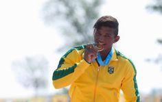 Bicampeão mundial, Isaquias Queiroz confirmou o favoritismo e faturou a medalha de ouro na canoagem C1-1000m