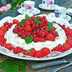 Pavlovatårta med trädgårdens röda bär är en underbart god sommarklassiker. Swedish Recipes, Fika, Pavlova, Dessert, Strawberry, Cooking Recipes, Student, Frases, Red Berries