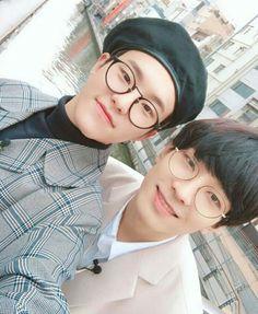 Hoshi and Wonwoo SoonYoung and Wonwoo seventeen Diecisiete Wonwoo, The8, Seungkwan, Hiphop, Cutest Picture Ever, Selca, Warner Music, Eunwoo Astro, Choi Hansol