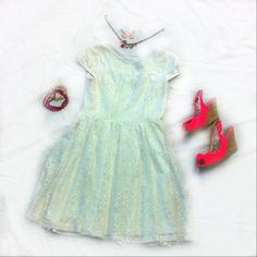 Vous pouvez porter une robe rayée blanche en coton extrêmement élégante et branchée  avec des bracelets blancs et roses, un collier rouge et argent, des boucle d'oreilles roses et les chaussures à talons hauts roses. Il est parfait pour une soirée d'été.