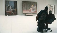 Balthus et son épouse Setsuko supervisent l'accrochage des tableaux de la période italienne du peintre, que celui-ci expose à l'académie Valentino, à Rome, pour ses 88 ans. De gauche à droite, Nue assoupie (1980), Katia lisant (1968-1976), et Nature morte à la lampe (1958). 1996. © Alvaro Canovas