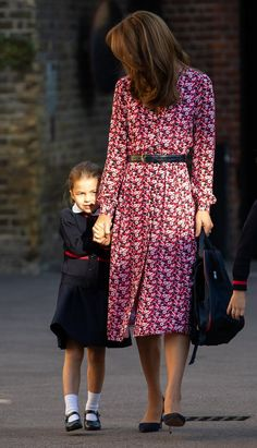 Princess Charlotte Arrives for First Day of School with Prince George (Accompanied By Parents Kate Middleton & Prince William! Carole Middleton, Kate Middleton Stil, Middleton Family, George Et Charlotte, Prince William Et Kate, Herzogin Von Cambridge, Princesa Kate Middleton, Princesa Diana, Duke And Duchess