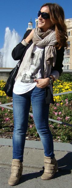 Wedge sneakers with a graphic tee | Casual Street Style
