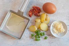 Gourmetpannetje: aardappel omelet met chorizo Omelet, Chorizo, Fondue, Plastic Cutting Board, Eat, Breakfast, Gourmet, Omelette, Morning Coffee