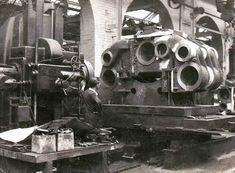 Machinist using a Kearns No. 5 Horizontal Borer to bore out steam cylinders in the at Vulcan Foundry in Lancashire. Machine Age, Dream Machine, Lumber Storage, Tool Storage, Antique Tools, Old Tools, Turret Lathe, Machinist Tools, Industrial Machine
