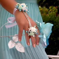 Svatební+náramek+s+prstýnkem+Veronia+Skvělý+trendy+květinový+doplněk+pro+nevěsty+nebo+družičky.+Květinový+náramek+s+prstenem+bude+zdobit+vaší+ruku+až+odložíte+svatební+kytici.+Velikost+prstenu+univerzální+Náramek+na+vázačku+V+případě,+že+máte+zájem+o+jiné+barevné+varianty,+neváhejte+mne+kontaktovat.