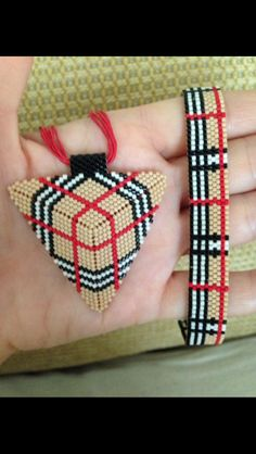 This Pin was discovered by nil Peyote Patterns, Bracelet Patterns, Beading Patterns, Beading Projects, Beading Tutorials, Fabric Jewelry, Beaded Jewelry, Beaded Flowers, Bracelets