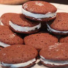Die berühmten Whoopies aus Amerika, mit Marshmallow Creme! #Whoopies #Marshmallow #Creme #Fluff Marshmallow Creme, Pancakes, Cookies, Breakfast, Desserts, Food, America, Simple, Food Food