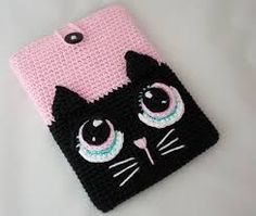 Crochet Phone Cases kitty crochet phone cover - And to make you avail with the funky patterns and designs we dug the web and brought out these 35 unique and adorable crochet mobile phone covers. I pad, Samsu Gato Crochet, Crochet Case, Crochet Purses, Crochet Stitches, Free Crochet, Crochet Patterns, Easy Crochet Projects, Crochet Crafts, Crochet Toys