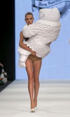Bea Szenfelds latest fashion collection for Spring/Summer 2014 entitled Haute Papier Paper Fashion, Origami Fashion, Fashion Art, High Fashion, Fashion Show, Fashion Design, Haute Couture Style, Art Blanc, Fashion Displays