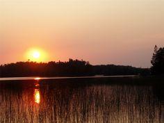 Solnedgång som speglas i vatten.