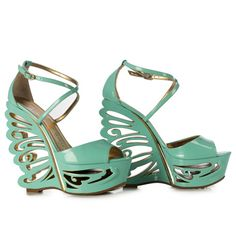 PATENT LEATHER. CUT-OUT WEDGE WITH BUTTERFLY