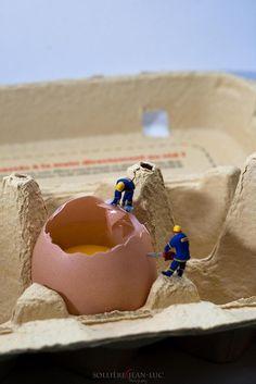 miniature photography and miniature art Miniature Photography, Toys Photography, People Photography, Creative Photography, Photo Macro, Miniature Calendar, Modelos 3d, Mini Eggs, Tiny World