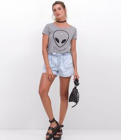 camiseta cropped com estampa de et e short jeans.