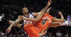 Wilson Chandler (e) e Anthony Randolph se chocam durante a derrota do New York Knicks por 121 a 107 diante do Golden State Warriors http://uol.com/bmcyZK