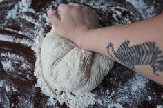 Ei taida olla parempaa tapaa aloittaa aamu kuin tuoreen leivän tuoksu. Tämä on niin helppo ja pomminvarma tapa tehdä rapeakuorista ja s... Leaf Tattoos, Food And Drink, Cooking, Breads, Breakfast, Kitchen, Bread Rolls, Morning Coffee, Bread