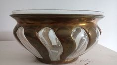 bonito y raro florero de bronce y  cristal incrustrado en una sola pieza.contiene en su interior un narcisero.esta en perfecto estado.25cm de ancho y 13cm de alto. Precio 69€ Telefono 670794048, Maria