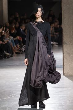 Yohji Yamamoto Spring 2018 Ready-to-Wear Fashion Show Collection: See the complete Yohji Yamamoto Spring 2018 Ready-to-Wear collection. Look 21 Monochrome Fashion, Quirky Fashion, Dark Fashion, Fashion Looks, Yohji Yamamoto, Deconstruction Fashion, Mode Sombre, Witch Outfit, Beautiful Costumes