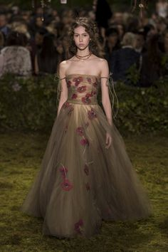 Dior Haute Couture Taps into a Whimsical, Witchy Fairy Tale for Spring – Fashion… Christian Dior Couture, Dior Haute Couture, Style Couture, Couture Fashion, Runway Fashion, Fashion Week, Trendy Fashion, Spring Fashion, Fashion Show