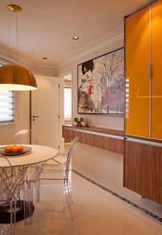 Como não foi usado revestimento na parede da copa, foi dado destaque ao amadeirado com alguns toque em amarelo para dar um ar mais moderno.